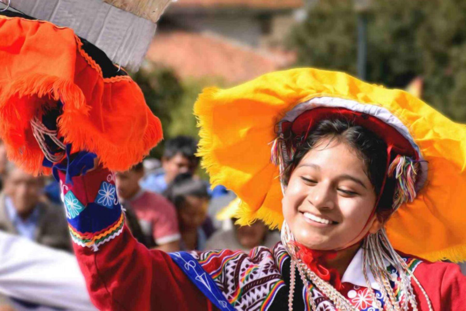 Con gran entusiasmo, alegría y compromiso con la preservación de su herencia ancestral, la población de Cusco viene participando en las diversas actividades oficiales programadas en su mes jubilar, en donde destacan el emblemático Inti Raymi, desfiles de danzas típicas, conciertos de música, conversatorios y exposiciones pictóricas. Foto: Emufec