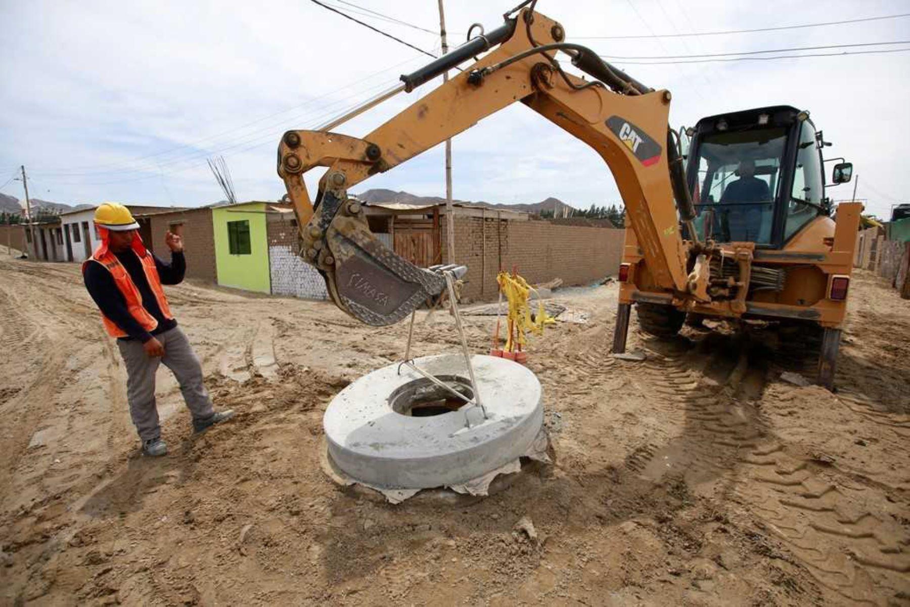 El Ministerio de Vivienda, Construcción y Saneamiento (MVCS) ejecuta 912 proyectos de agua potable y alcantarillado en las zonas rurales de 22 departamentos del país. Las obras, que tienen un presupuesto total de más de 464 millones de soles, tienen un avance del 30.5 % a la fecha.