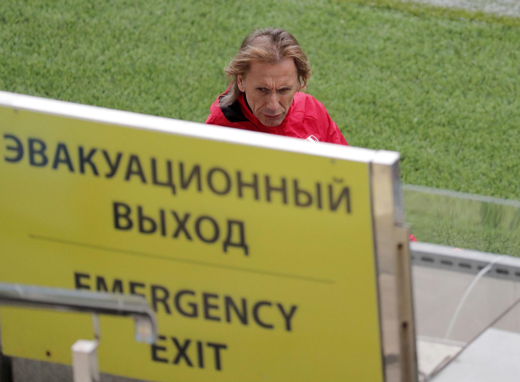 """El entrenador argentino de la selección de Perú, Ricardo """"Tigre"""" Gareca, durante el entrenamiento de esta mañana en la localidad de Moscú. Foto: Efe."""