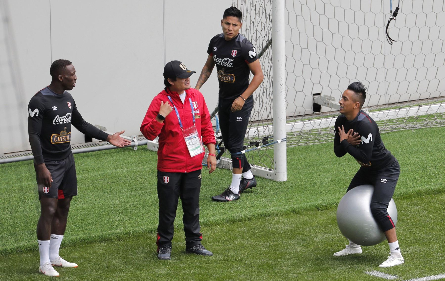 Los jugadores de la selección de Peruana, el defensa Luis Advíncula (1i), el centrocampista Christian Cueva (1d) y el delantero Raúl Ruidíaz (d), durante el entrenamiento de esta mañana en la localidad de Moscú. Foto: EFE