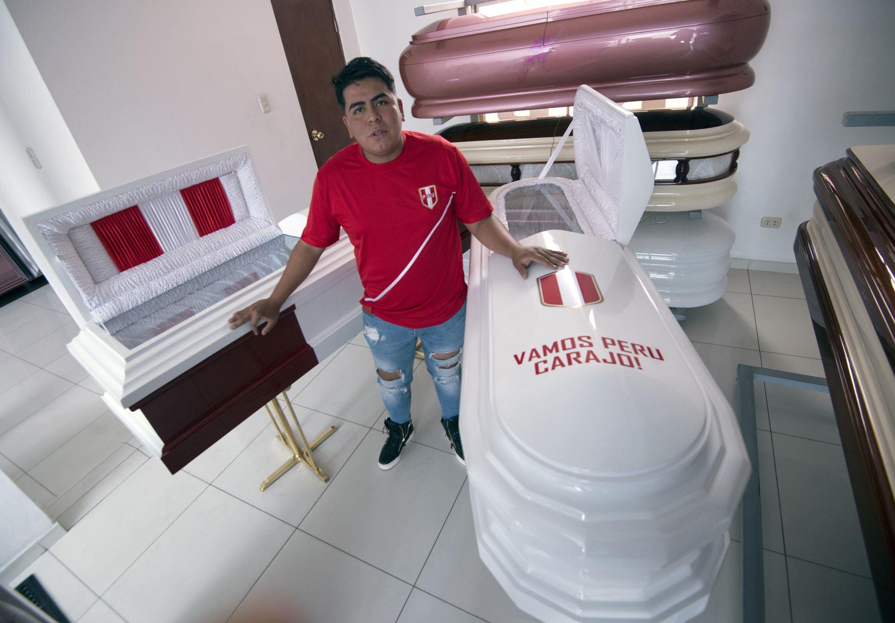 Funeraria Galindo ofrece servicios de entierro  en el popular barrio de San Juan de Lurigancho, en un coche fúnebre decorado con los colores del equipo nacional de fútbol, y ataúdes también pintados en blanco y rojo con la frase