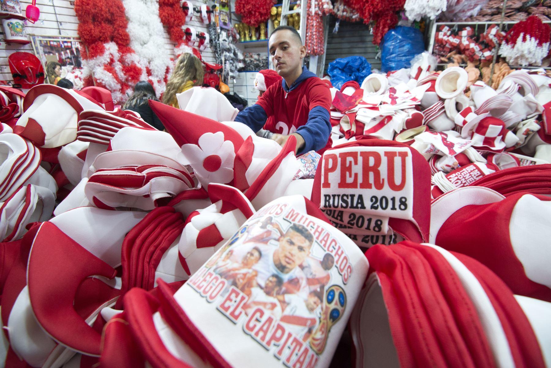 """Productos diversos, desde vajilla hasta sombreros y ropa con los colores de la bandera peruana, blanca y roja, y frases como """"Copa Mundial de la FIFA Rusia 2018"""" se venden por todo Lima. AFP"""