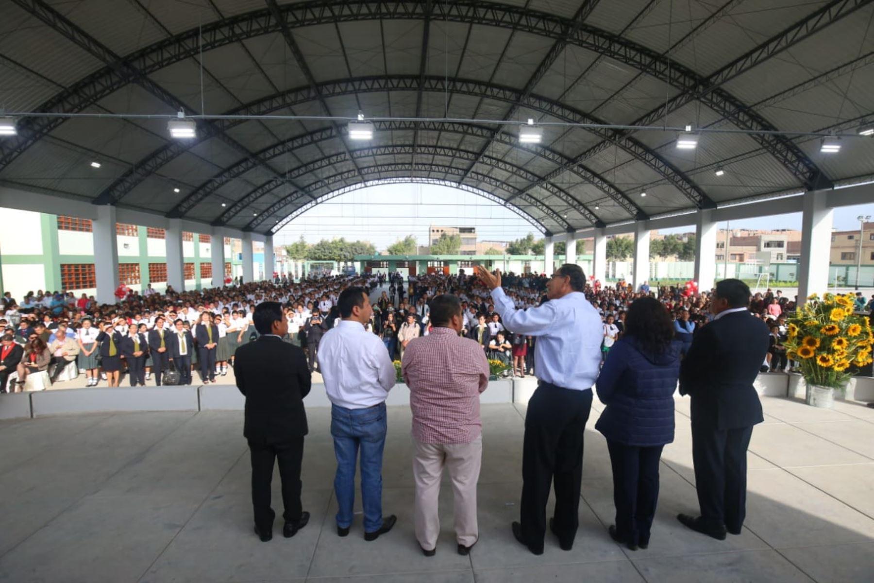 El presidente Martín Vizcarra se encuentra en Chiclayo para visitar la IE Elvira García y García y supervisar la reanudación del servicio educativo, así como sostener un encuentro con docentes y estudiantes de dicho colegio. Foto: ANDINA/Prensa Presidencia.