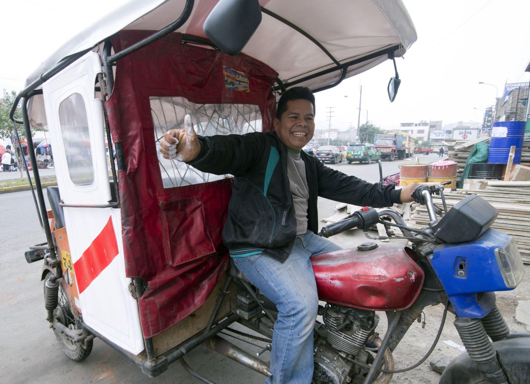 Conductor  de mototaxi  pintó su vehículo con los colores de la bandera peruana. AFP