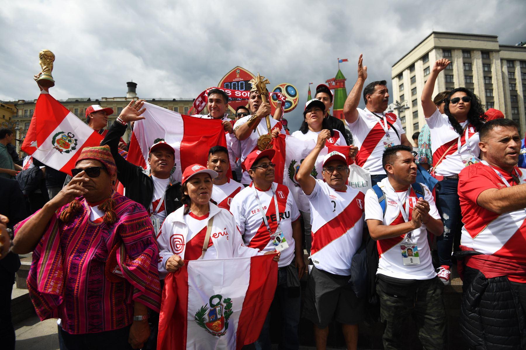 Hinchas del fútbol peruano se reúnen cerca de la Plaza Roja en Moscú, Rusia.  Foto: EFE