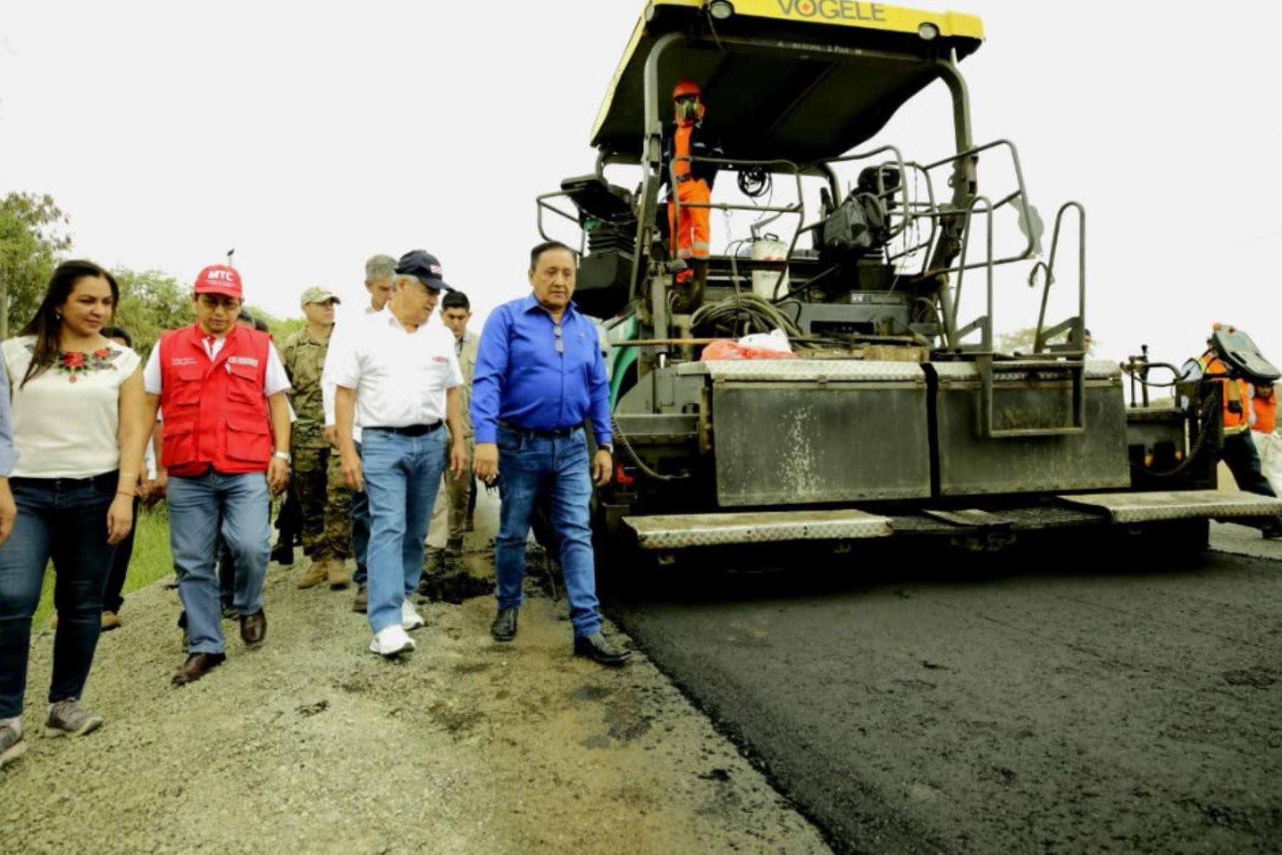En el marco del Muni Ejecutivo que se realiza en la región Piura, el presidente del Consejo de Ministros, César Villanueva, y el ministro de Transportes y Comunicaciones, Edmer Trujillo, supervisaron el avance de los trabajos de rehabilitación de la carretera Sullana-Talara, que beneficiará a más de 100,000 pobladores.