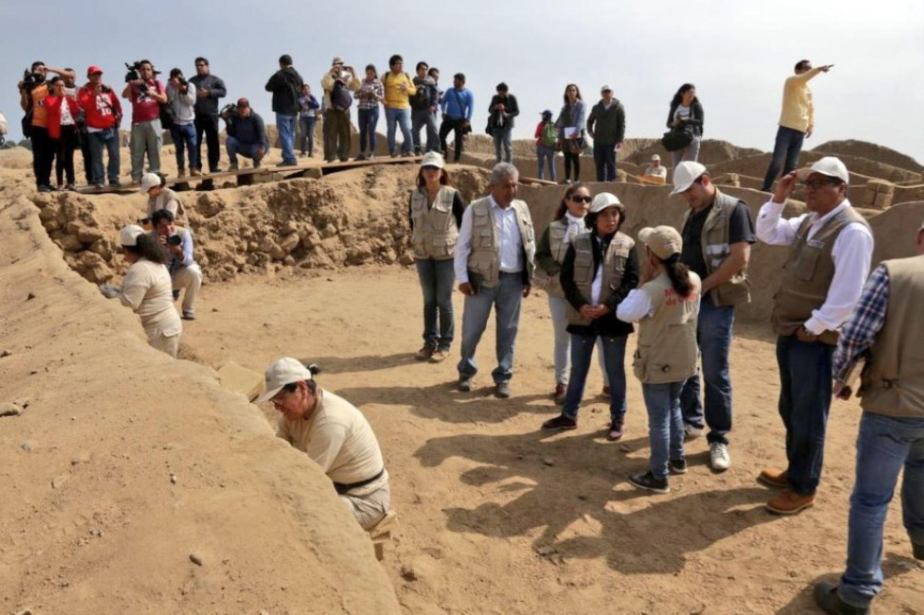 La ministra de Cultura, Patricia Balbuena, visita el complejo arqueológico de Chan Chan para conocer las decoraciones murales descubiertas recientemente por los investigadores que laboran en la ciudadela de barro más grande del mundo, declarada Patrimonio de la Humanidad por la Unesco.