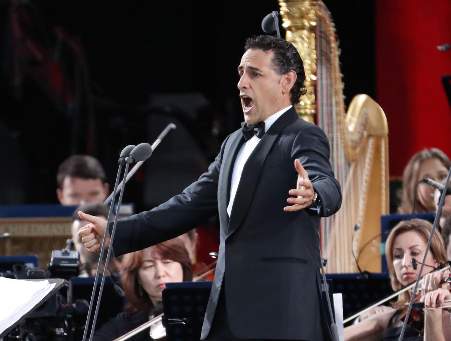 El tenor peruano Juan Diego Flórez se presentan durante un concierto de gala dedicado al torneo de fútbol de la Copa Mundial Rusia 2018 en la Plaza Roja de Moscú el 13 de junio de 2018. Foto: AFP