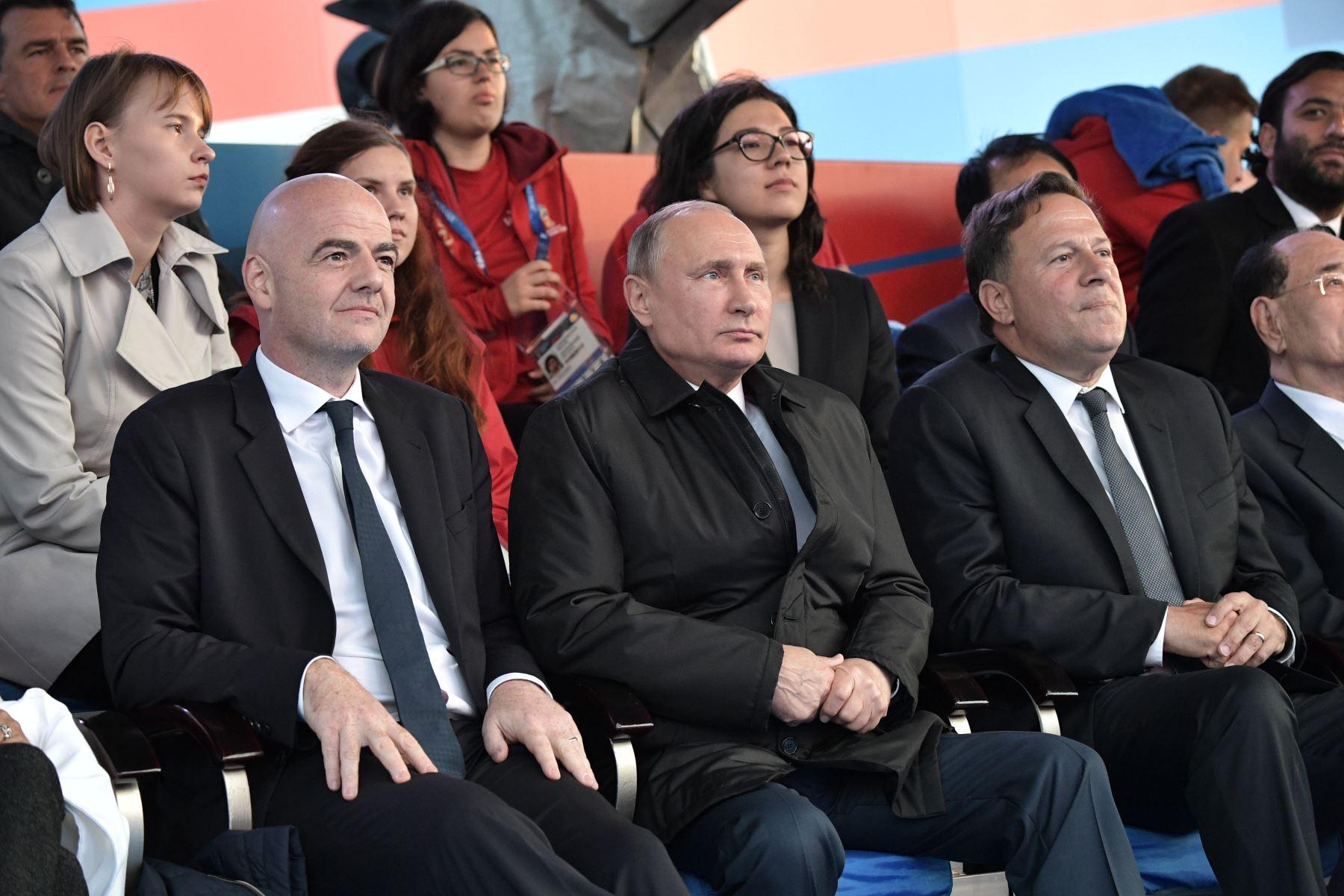 El presidente de la FIFA Gianni Infantino, el presidente ruso Vladimir Putin y el presidente panameño Juan Carlos Varela asisten a un concierto de gala dedicado al torneo de fútbol de la Copa Mundial Rusia 2018 en la Plaza Roja de Moscú el 13 de junio de 2018. Foto: AFP