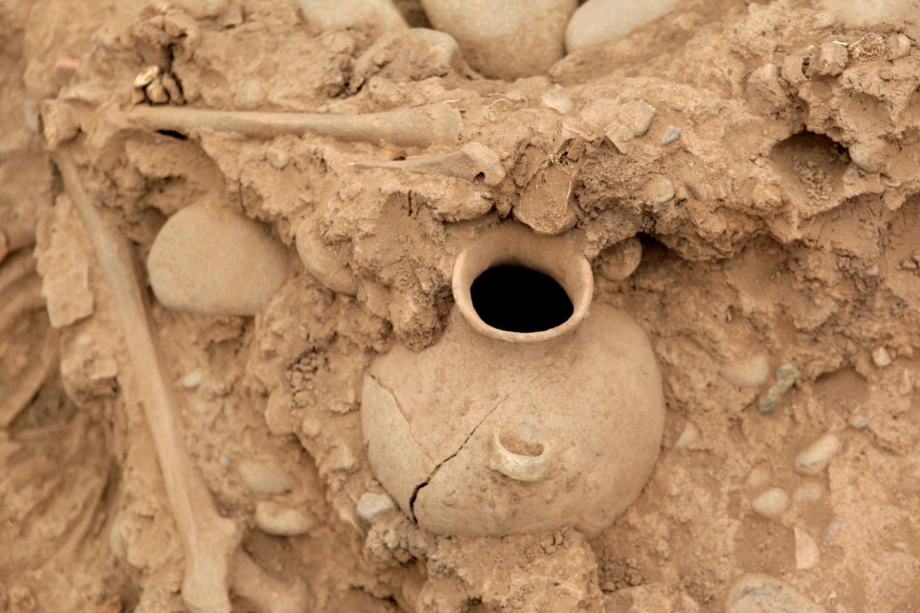 Presentan nuevos entierros humanos fueron descubiertos en la parte baja de la Huaca El Rosal, en el Complejo Arqueológico de Maranga. Foto:ANDINA/Héctor Vinces..