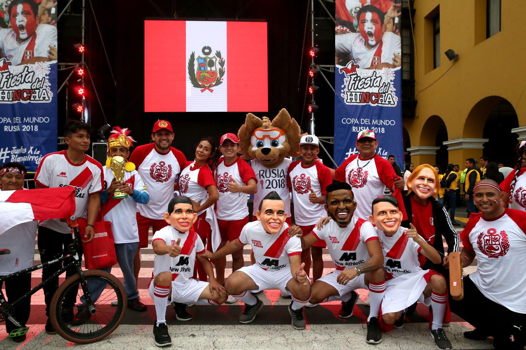 Más de 500 hinchas demuestran su aliento a la selección en la Plaza Mayor: ANDINA/Dante Zegarra