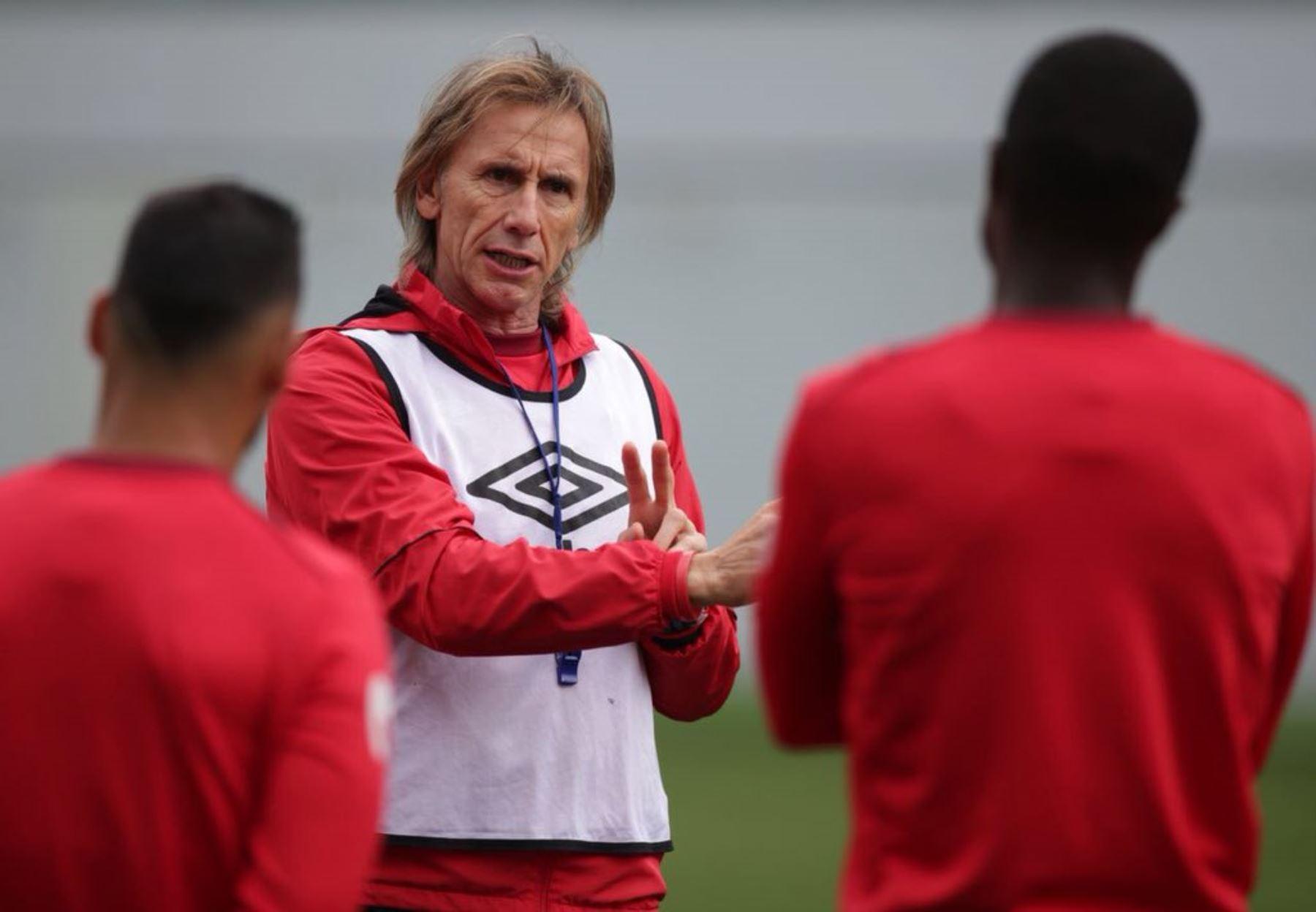 Gareca dando indicaciones a sus jugadores durante entrenamiento de la selección en Rusia. Foto: ANDINA/FPF