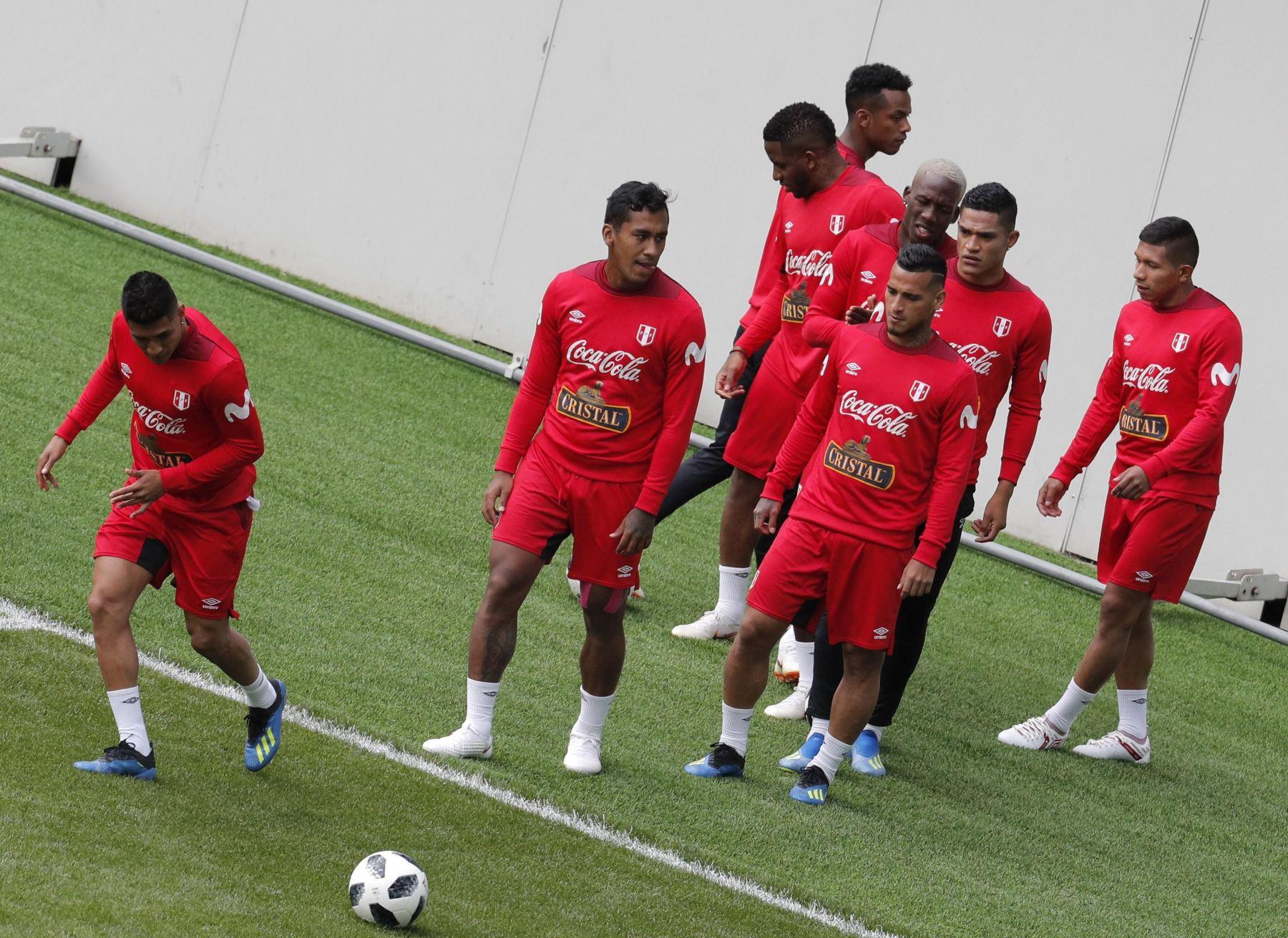 Los jugadores de la selección peruana durante un entrenamiento del equipo celebrado en el estadio Khimki de Moscú. Foto: EFE
