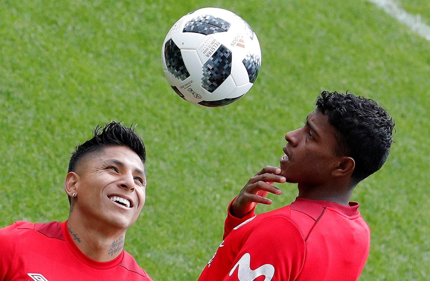El delantero Raul Ruidiaz (i) y el defensa Miguel Araujo durante un entrenamiento de la selección peruana celebrado en el estadio Khimki de Moscú. Foto: EFE