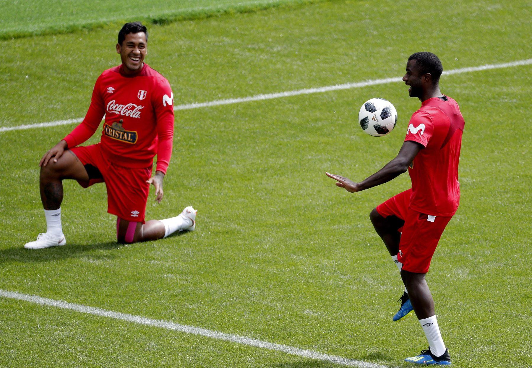 Los jugadores de la selección de Peruana, el defensa Christian Ramos (d) y el centrocampista Renato Tapia, durante el entrenamiento de la selección en el estadio Khimki de Moscú. Foto: EFE