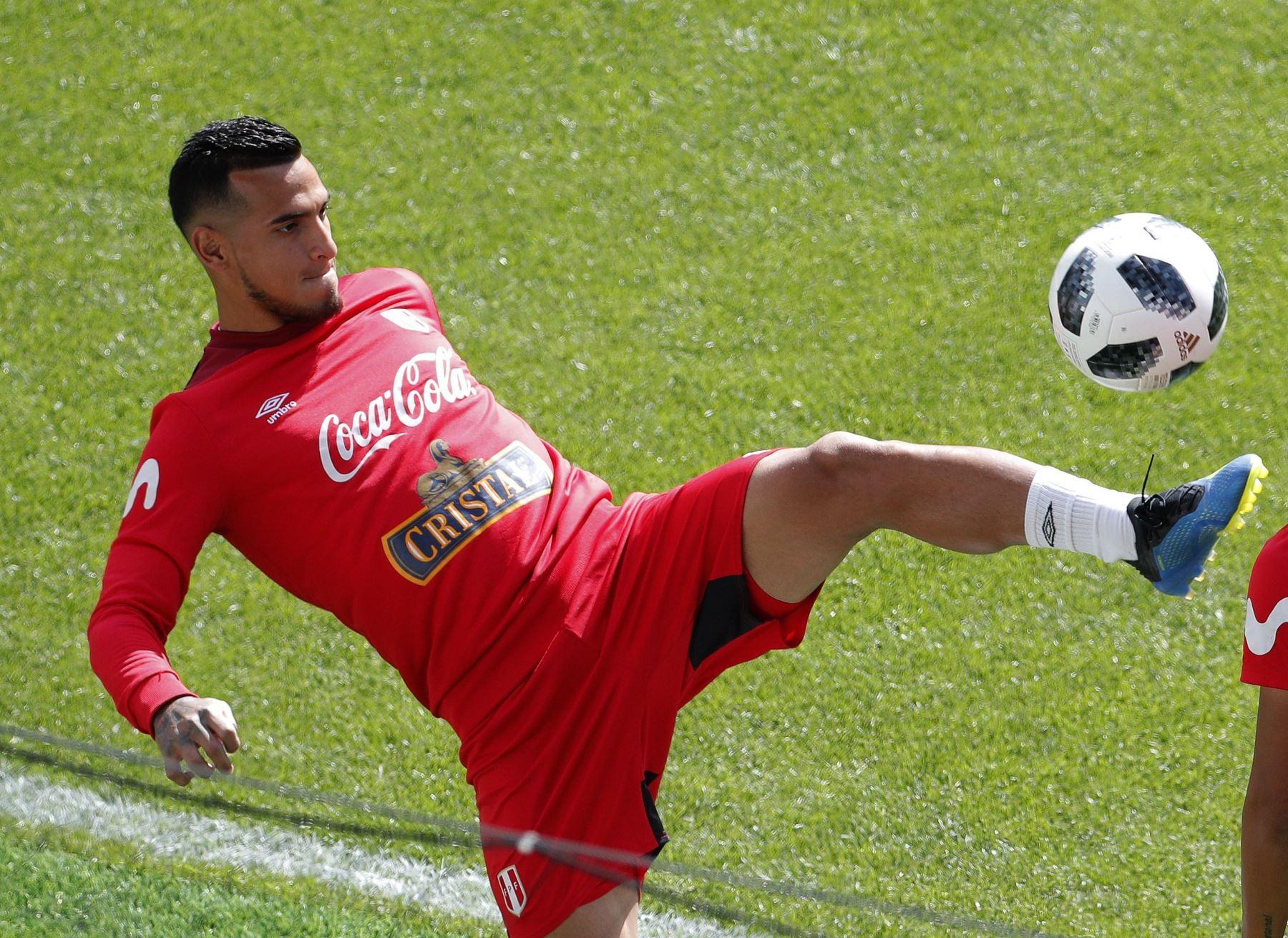 El defensa de la selección peruana Miguel Trauco durante un entrenamiento celebrado en el estadio Khimki de Moscú. Foto: EFE
