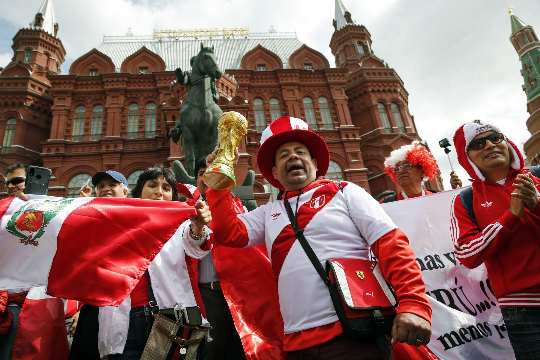 Los hinchas del equipo de fútbol nacional peruano animan en la Plaza Manezhnaya en el centro de Moscú.Foto: AFP