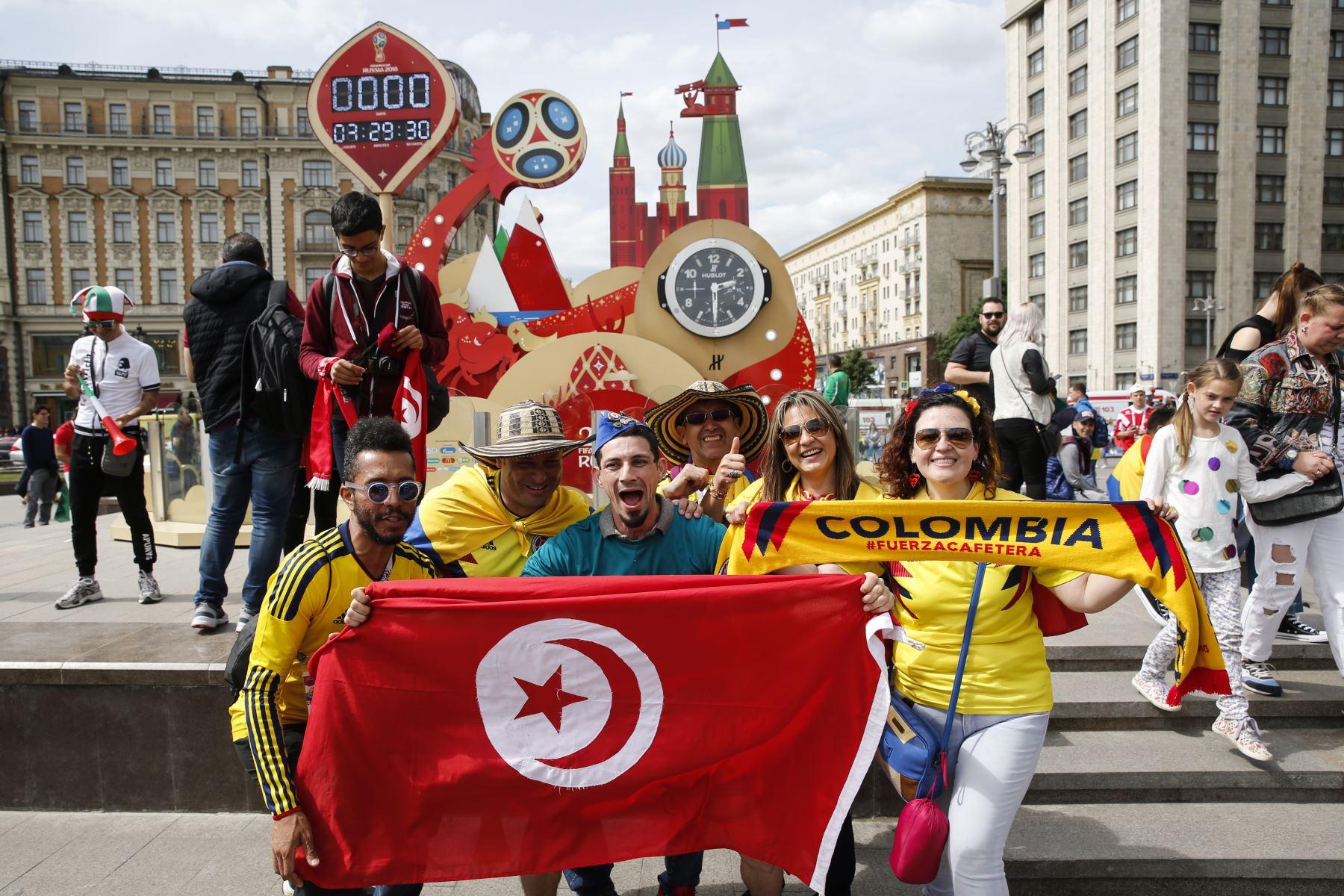 Los hinchas de los equipos nacionales de fútbol de Túnez y Colombia animan en la Plaza Manezhnaya. Foto: AFP