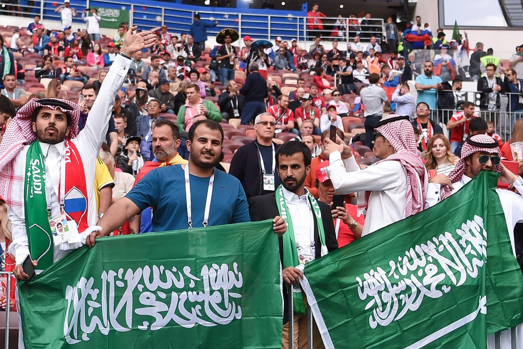 Los fanáticos de Arabia Saudita esperan el comienzo del partido de fútbol Rusia A del Grupo A de la Copa Mundial 2018 entre Rusia y Arabia Saudita en el Estadio Luzhniki. Foto: AFP