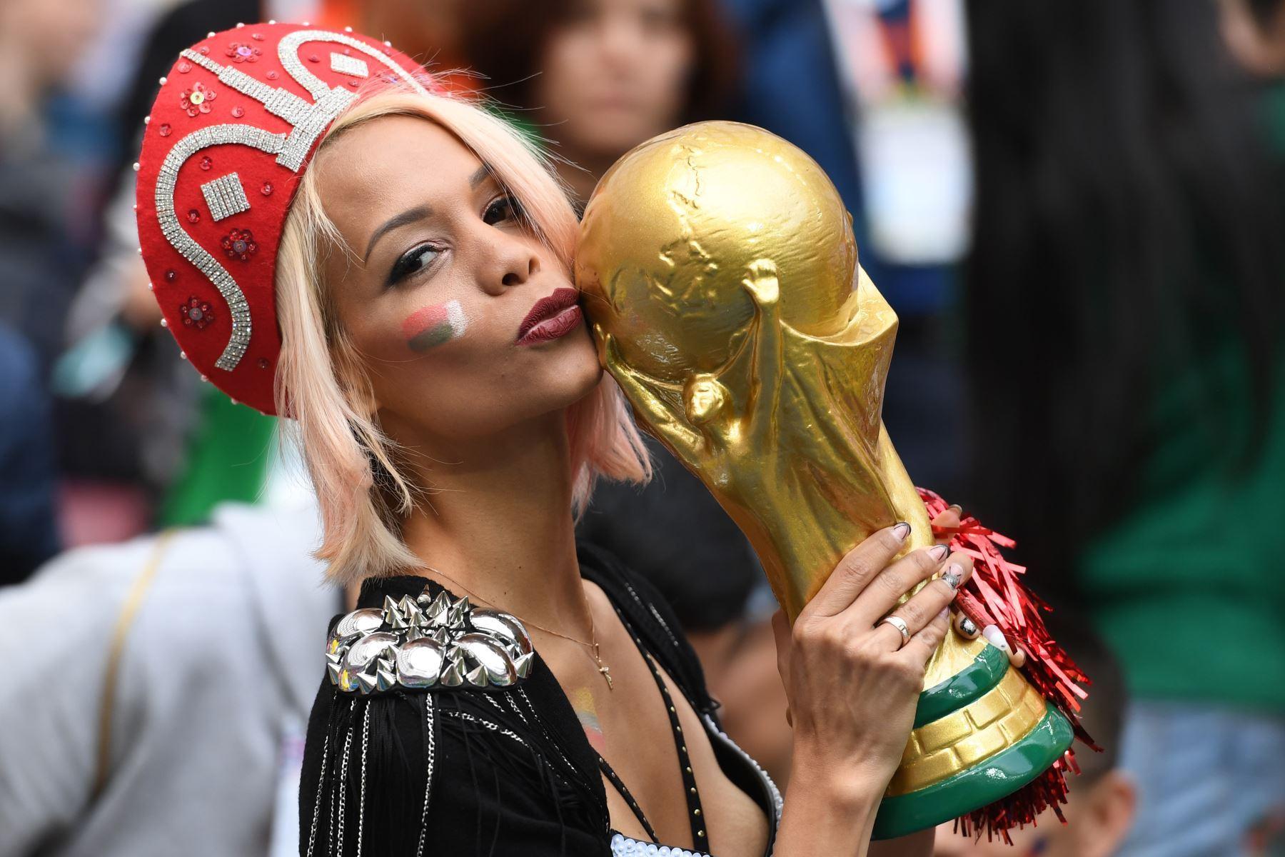 Una mujer Rusa hace barra a su selección antes del partido de fútbol preliminar ronda entre Rusia y Arabia Saudita en Moscú, Rusia, 14 de junio de 2018. Foto: EFE