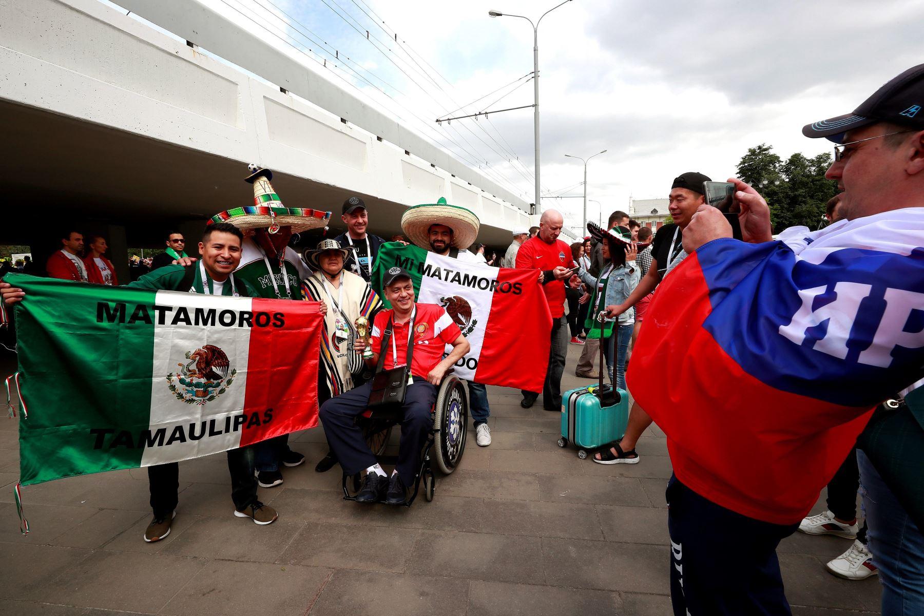 Aficionados mexicanos esperan en los alrededores del estadio el inicio del partido inaugural del Mundial de Rusia 2018 entre las selecciones de Rusia y Arabia SaudÌ, en el Estadio Luzhniki de Moscú. Foto: EFE
