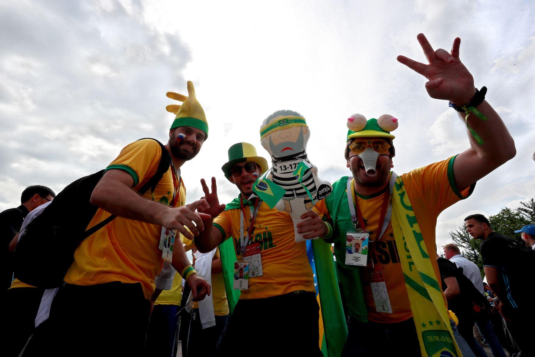 Aficionados Brasileros esperan en los alrededores del estadio el inicio del partido inaugural del Mundial de Rusia 2018 entre las selecciones de Rusia y Arabia SaudÌ, en el Estadio Luzhniki de Moscú. Foto: EFE