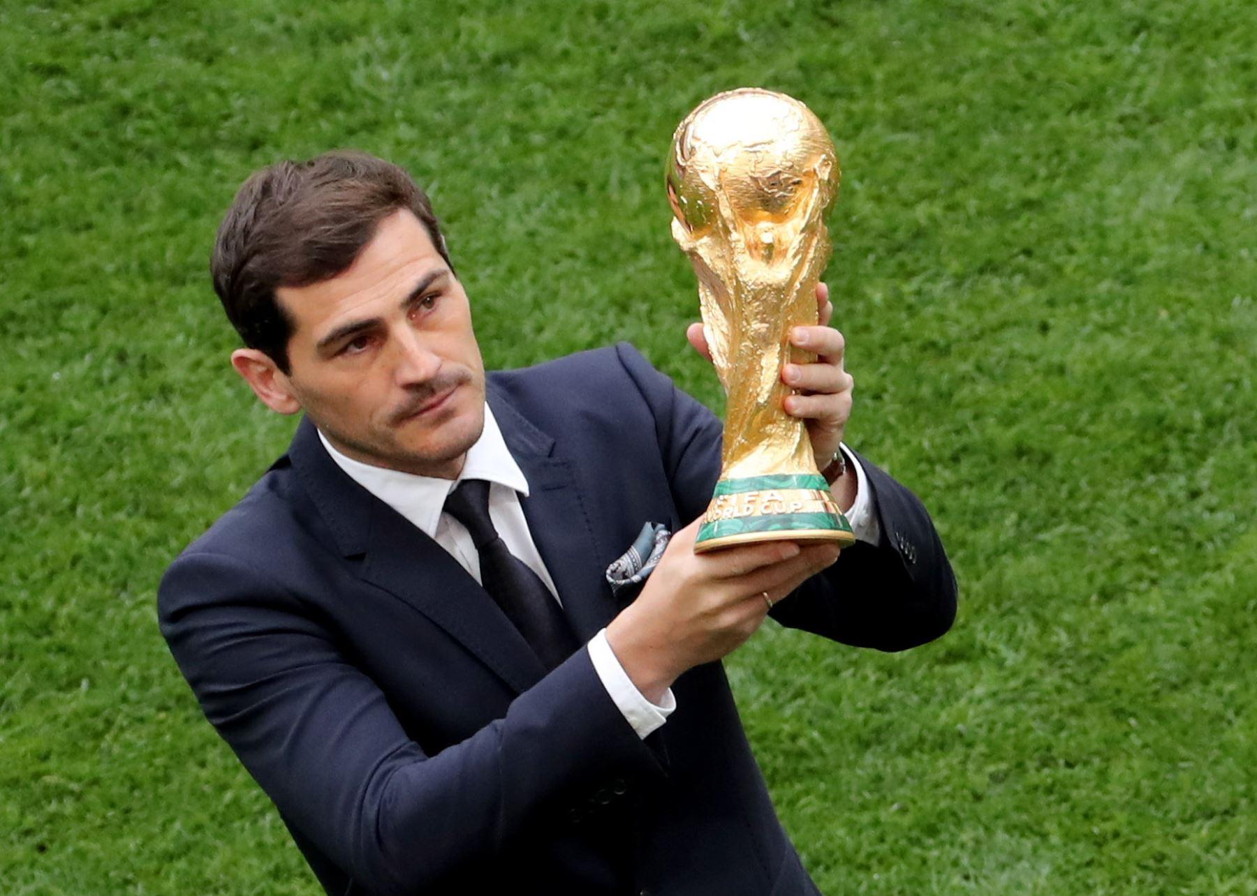 El portero español Iker Casillas presenta el trofeo de la Copa Mundial antes del partido de la Copa Mundial de la FIFA 2018 Un partido de fútbol preliminar entre Rusia y Arabia Saudita en Moscú. Foto: EFE