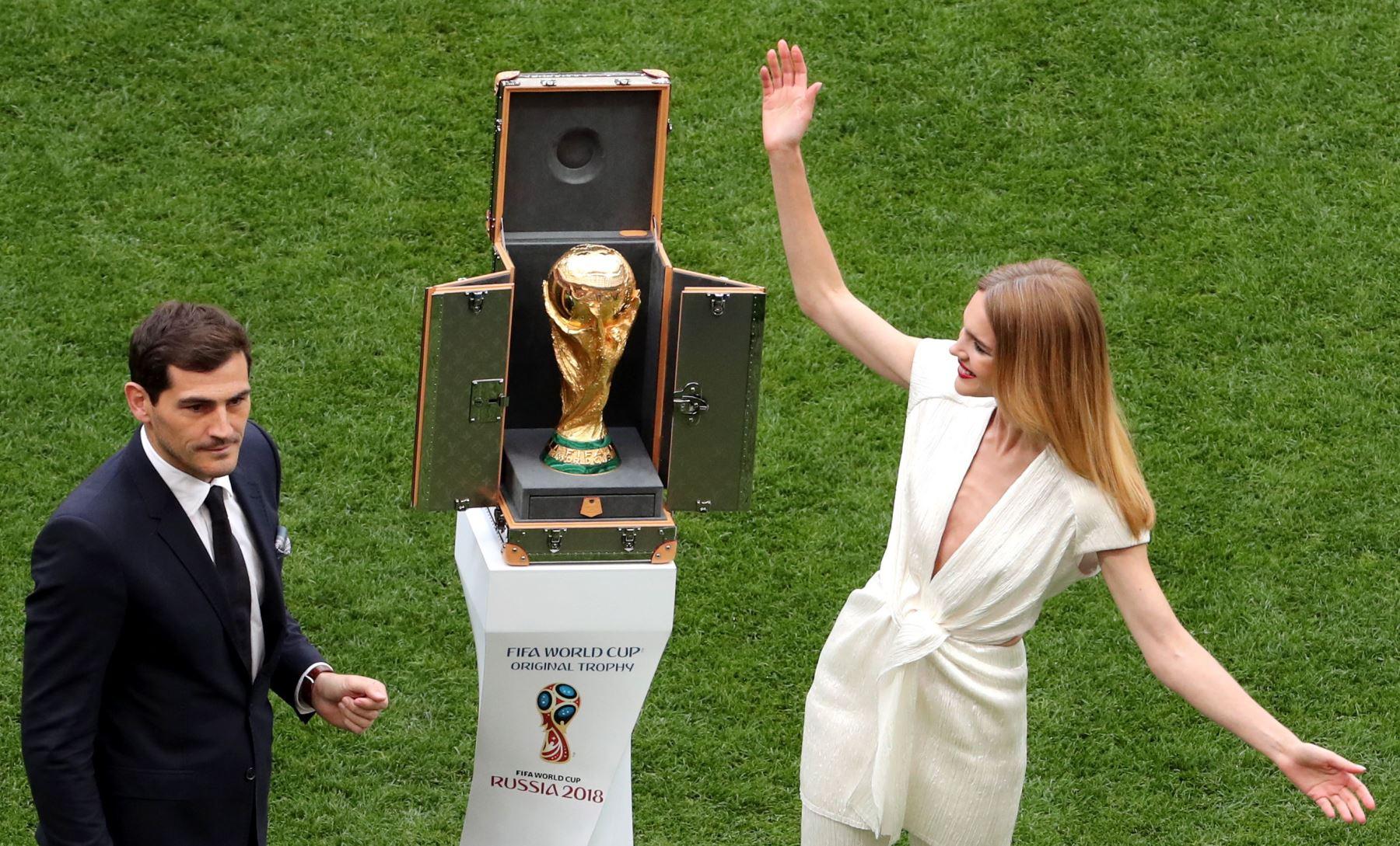 El portero español Iker Casillas  y la modelo rusa Natalia Vodianova presentan el trofeo de la Copa Mundial antes del partido de la Copa Mundial de la FIFA 2018 Un partido de fútbol preliminar preliminar entre Rusia y Arabia Saudita en Moscú, Rusia. EFE