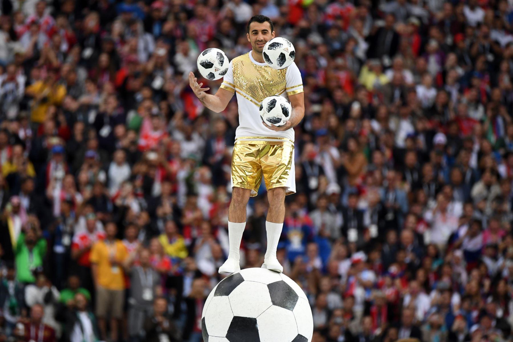 Artista hace malabares con 3 balones de fútbol durante la Ceremonia de Apertura antes del partido de fútbol Rusia A del Grupo A de la Copa Mundial 2018 entre Rusia y Arabia Saudita en el Estadio Luzhniki en Moscú. AFP