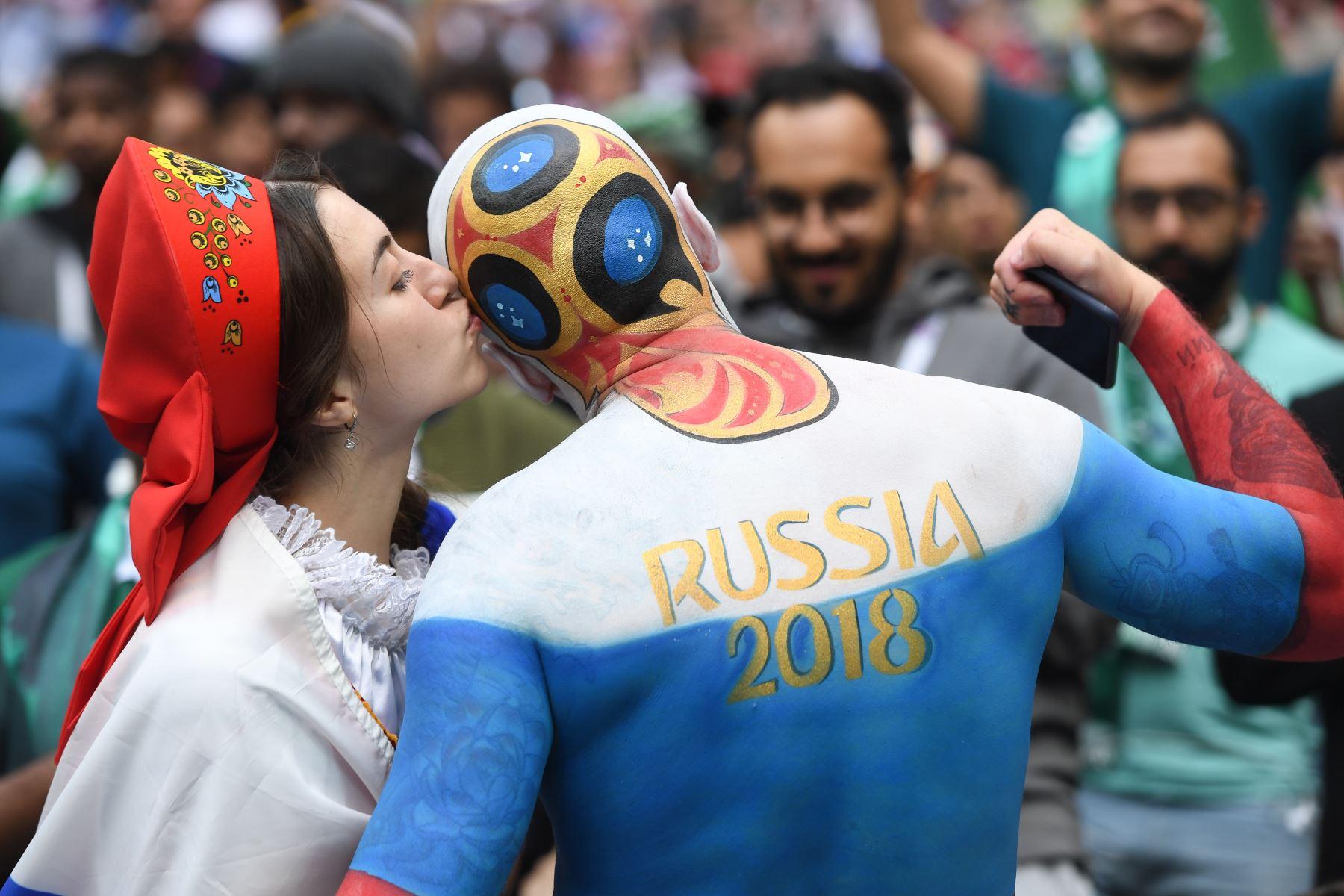 Fanático de Rusia besa a otro seguidor antes del comienzo del partido de fútbol del Grupo A de la Copa Mundial Rusia 2018 entre Rusia y Arabia Saudita en el Estadio Luzhniki en Moscú
