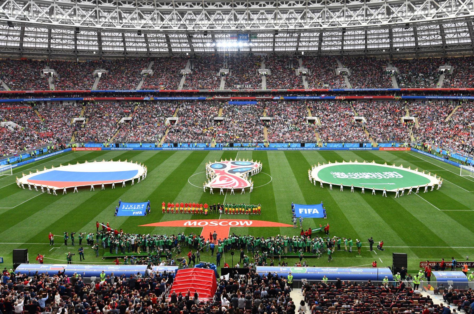 Jugadores de Rusia (centro L) y Arabia Saudita (centro R) se alinean antes del partido de fútbol Rusia A de la Copa Mundial 2018 entre Rusia y Arabia Saudita en el Estadio Luzhniki en Moscú. Foto: AFP