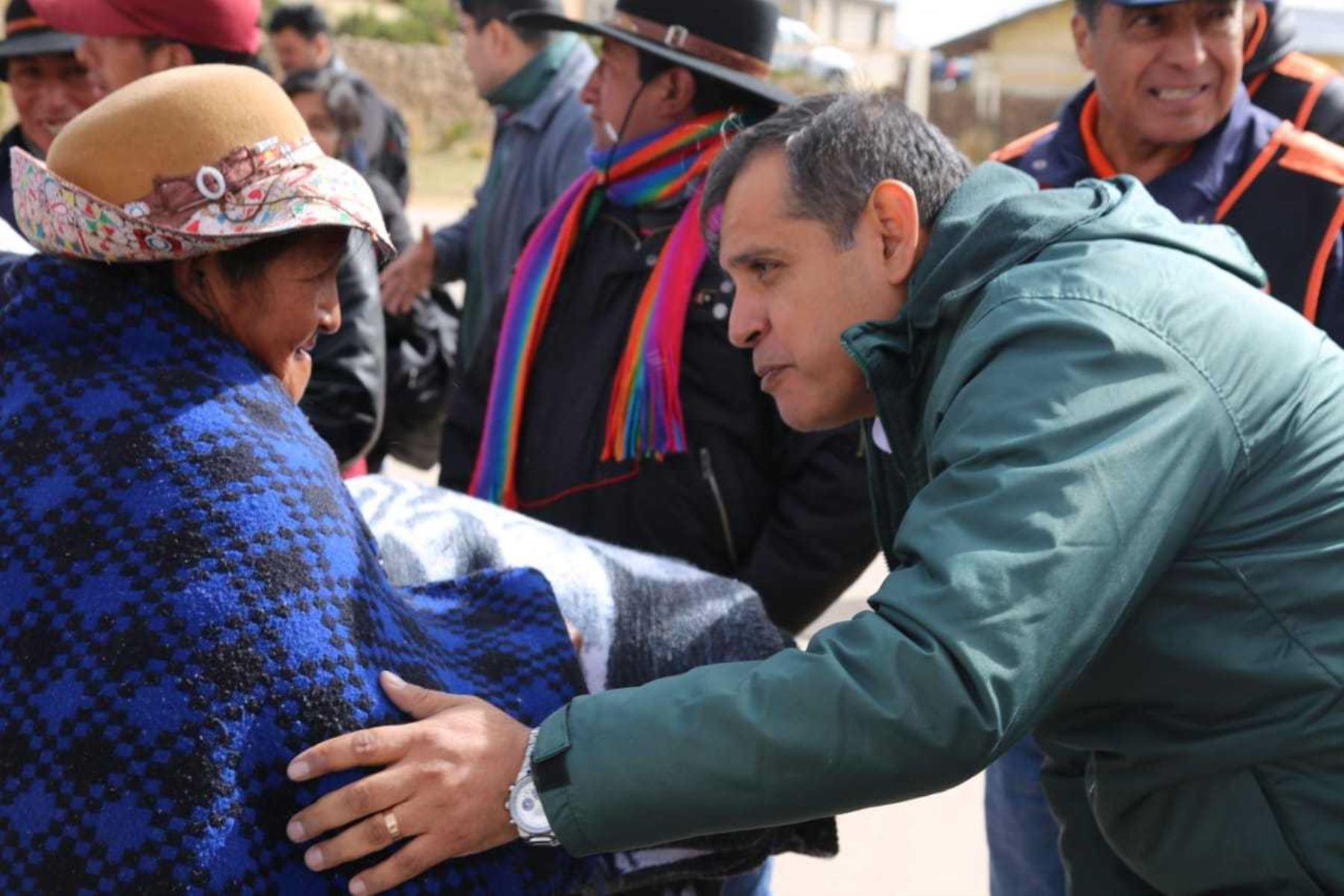 En representación del presidente de la República, Martín Vizcarra, el ministro de Agricultura, Gustavo Mostajo, llegó hoy a Arequipa para visitar las zonas declaradas en emergencias, tras la ocurrencia de heladas, y coordinar el envío de ayuda con el Comité de Emergencia Regional y el Instituto Nacional de Defensa Civil (Indeci).