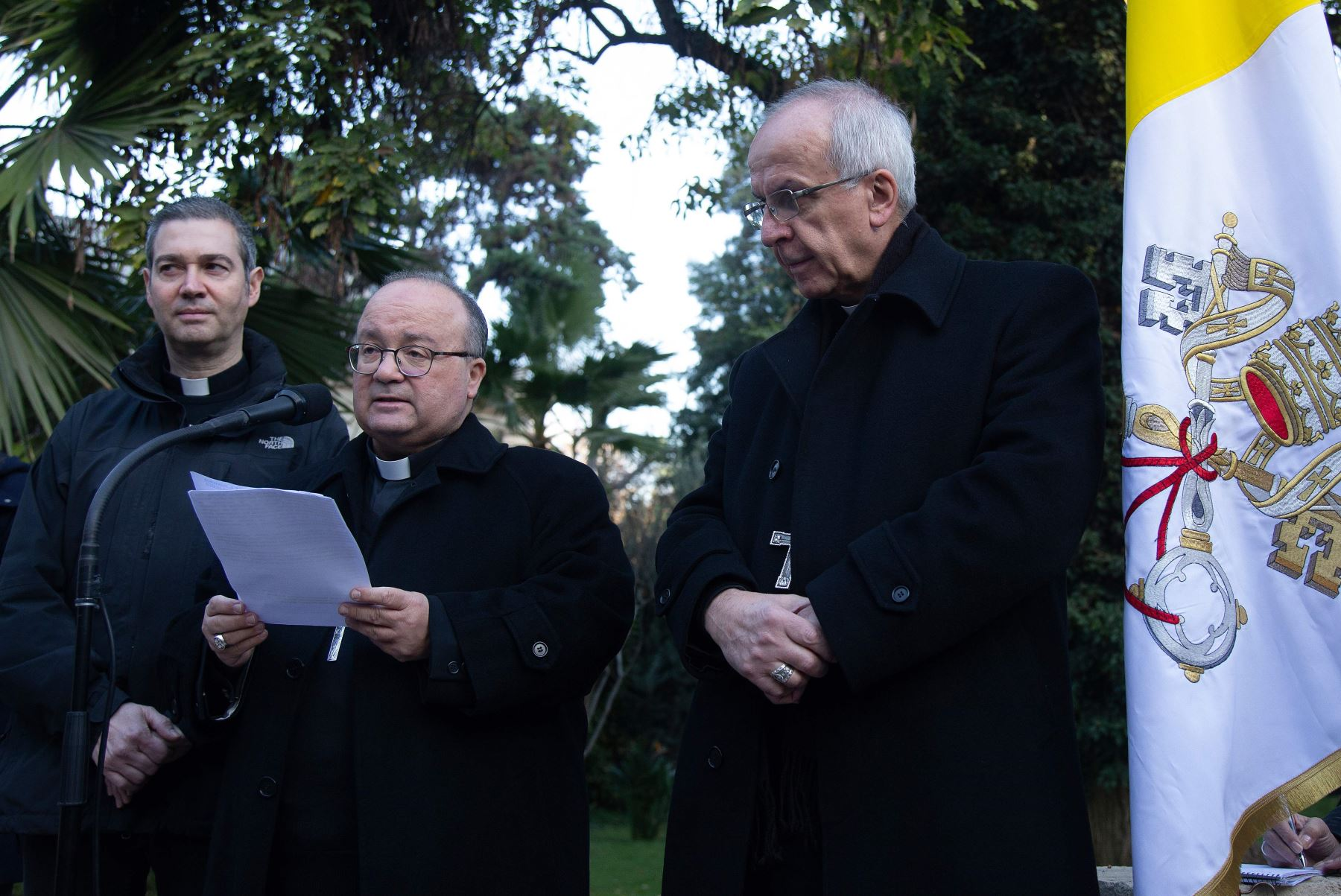 Arzobispo de Malta, Charles Scicluna, el enviado papal Jordi Bertomeu y el Papa Nuncio Ivo Scapolo Foto: AFP