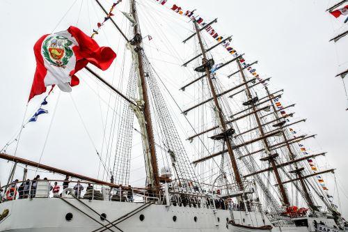 Público visita el buque escuela de la Marina de Guerra del Perú BAP Unión