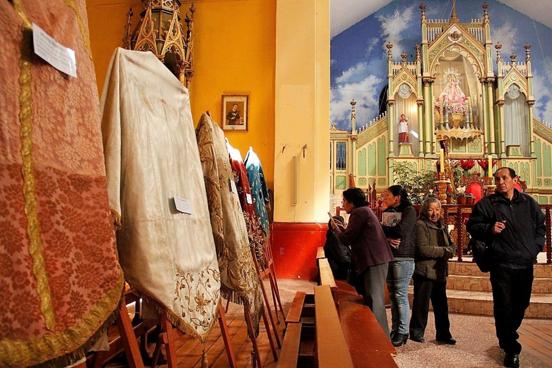 Exhiben más de 100 mantos de la Virgen de la Candelaria en la ciudad de Puno. ANDINA