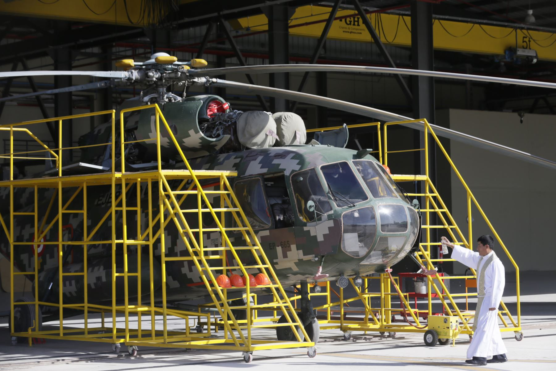 Jefe de Estado Martín Vizcarra llega al CEMAE La Joya donde supervisó y entregó las obras ejecutadas en esta institución, que brindará servicios de mantenimiento y reparación a los helicópteros MI-17 de las Fuerzas Armadas. Foto: ANDINA/Prensa Presidencia