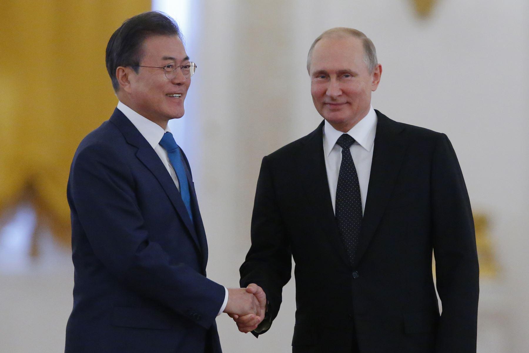 Vladimir Putin y presidente surcoreano Moon Jae-in Foto: AFP