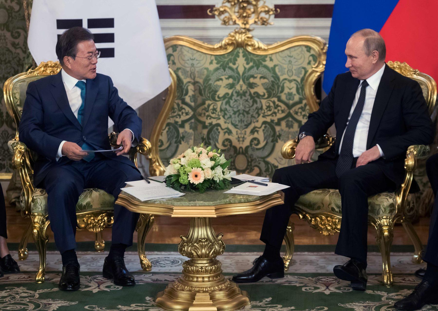 Vladimir Putin y el presidente surcoreano Moon Jae-in Foto: AFP