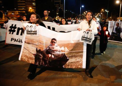 Vigilia de familiares y amigos del equipo del diario ecuatoriano El Comercio Foto: EFE
