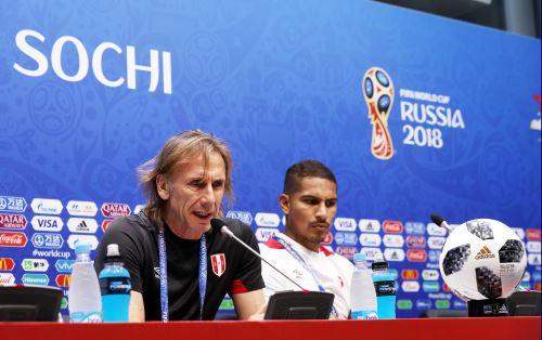 El entrenador Ricardo Gareca y el capitán Paolo Guerrero en conferencia en el Estadio Fisht