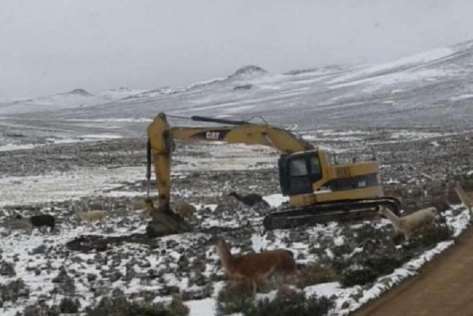 Personal de la Municipalidad Distrital de Chojata, en la provincia General Sánchez Cerro,región Moquegua, realiza trabajos de mantenimiento en las vías de comunicación que presentan daños a causa de las nevadas que se registran en esa zona.