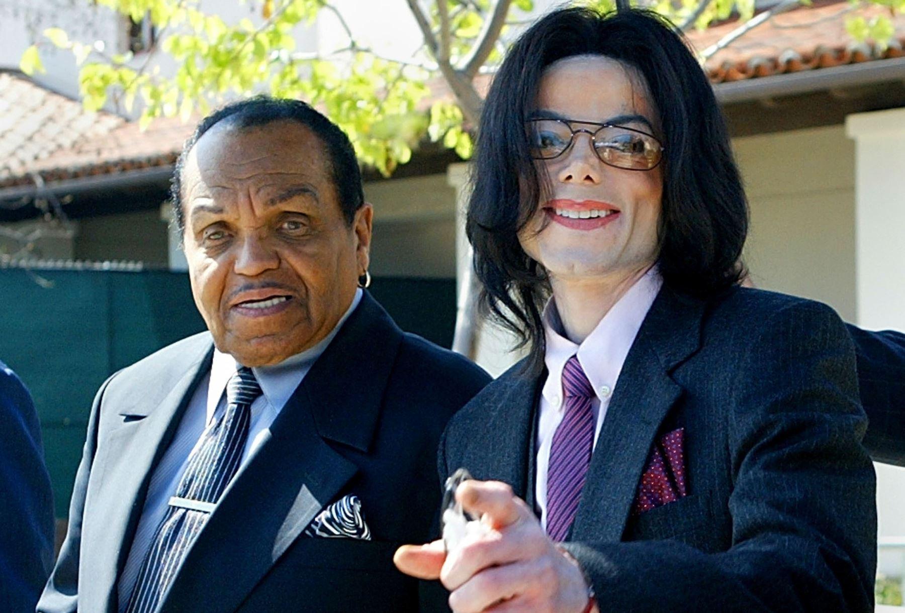 Foto tomada el 8 de marzo de 2005, el cantante Michael Jackson con su padre, Joseph Jackson, abandonan el Tribunal Superior de Santa María. Foto: AFP