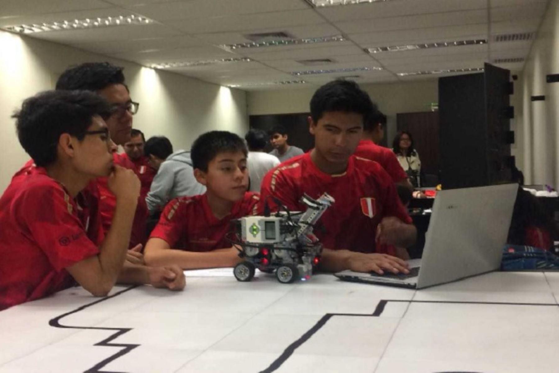 Gana premio equipo de robótica de Arequipa que representó al Perú en Canadá