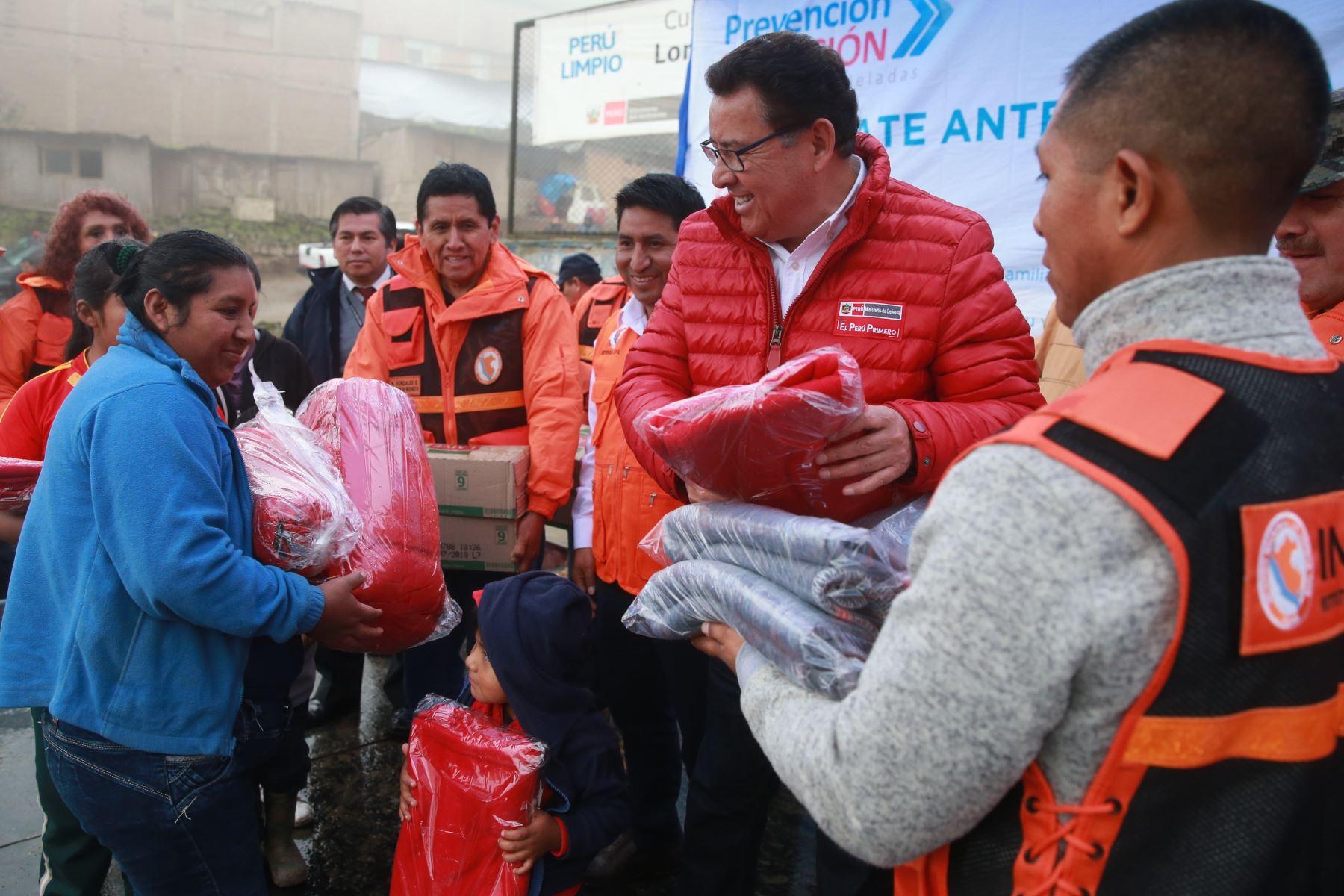 Ministro de defensa José Huerta Torres, supervisa entrega de bienes de ayuda humanitaria para la población de extrema pobreza afectada por la baja temperatura en zonas altas del Distrito de Villa Maria del Triunfo. Foto: ANDINA/Vidal Tarqui