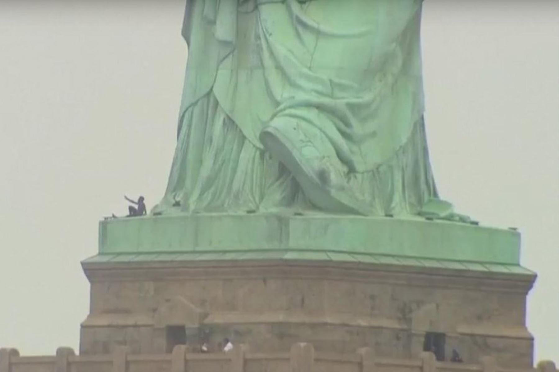 Mujer intenta escalar la Estatua de la Libertad Foto: @todonoticias/Twitter