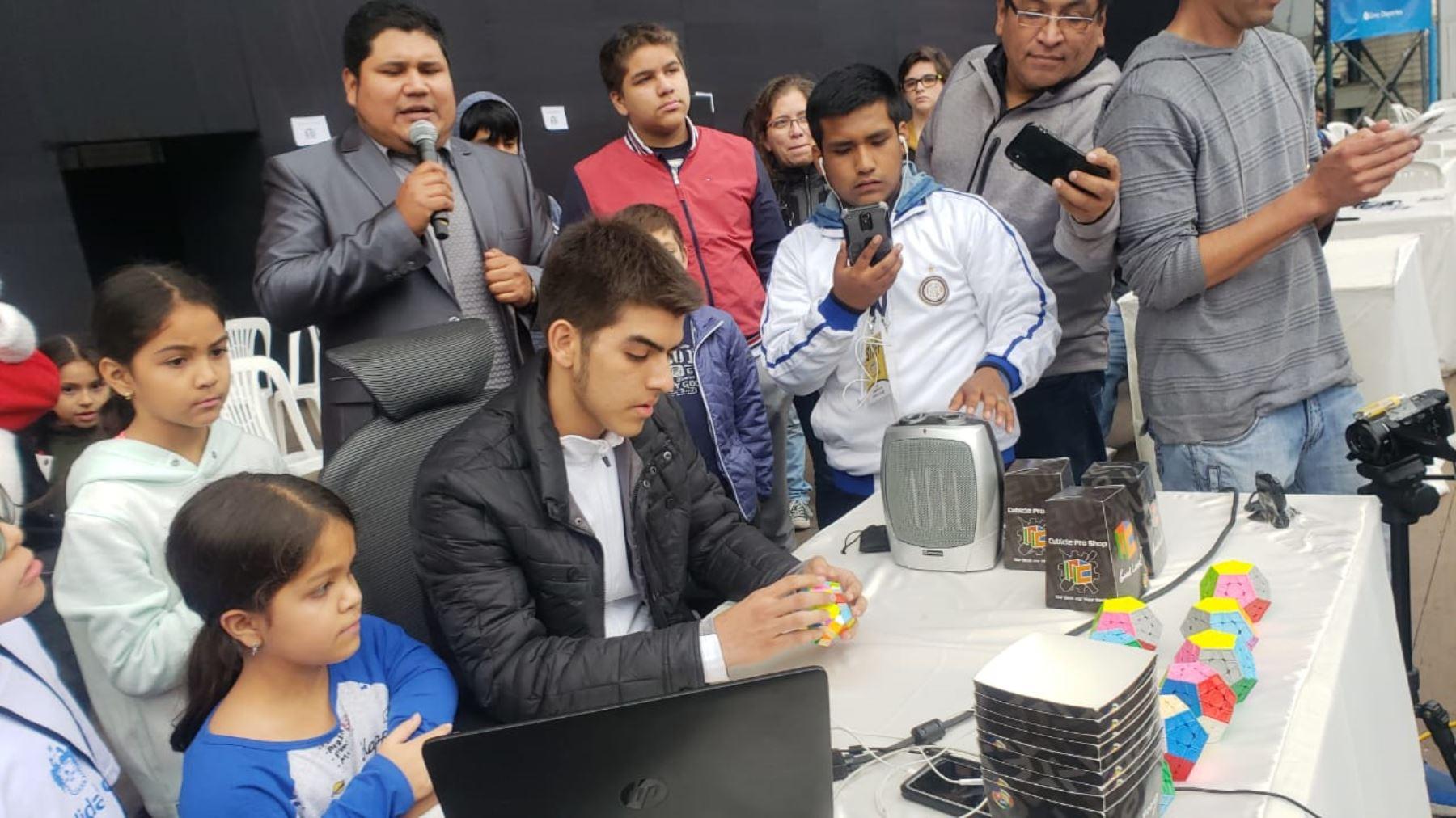 Juan Pablo Huanqui ya tiene un cuarto Record Guinness armando cubos megaminxs.