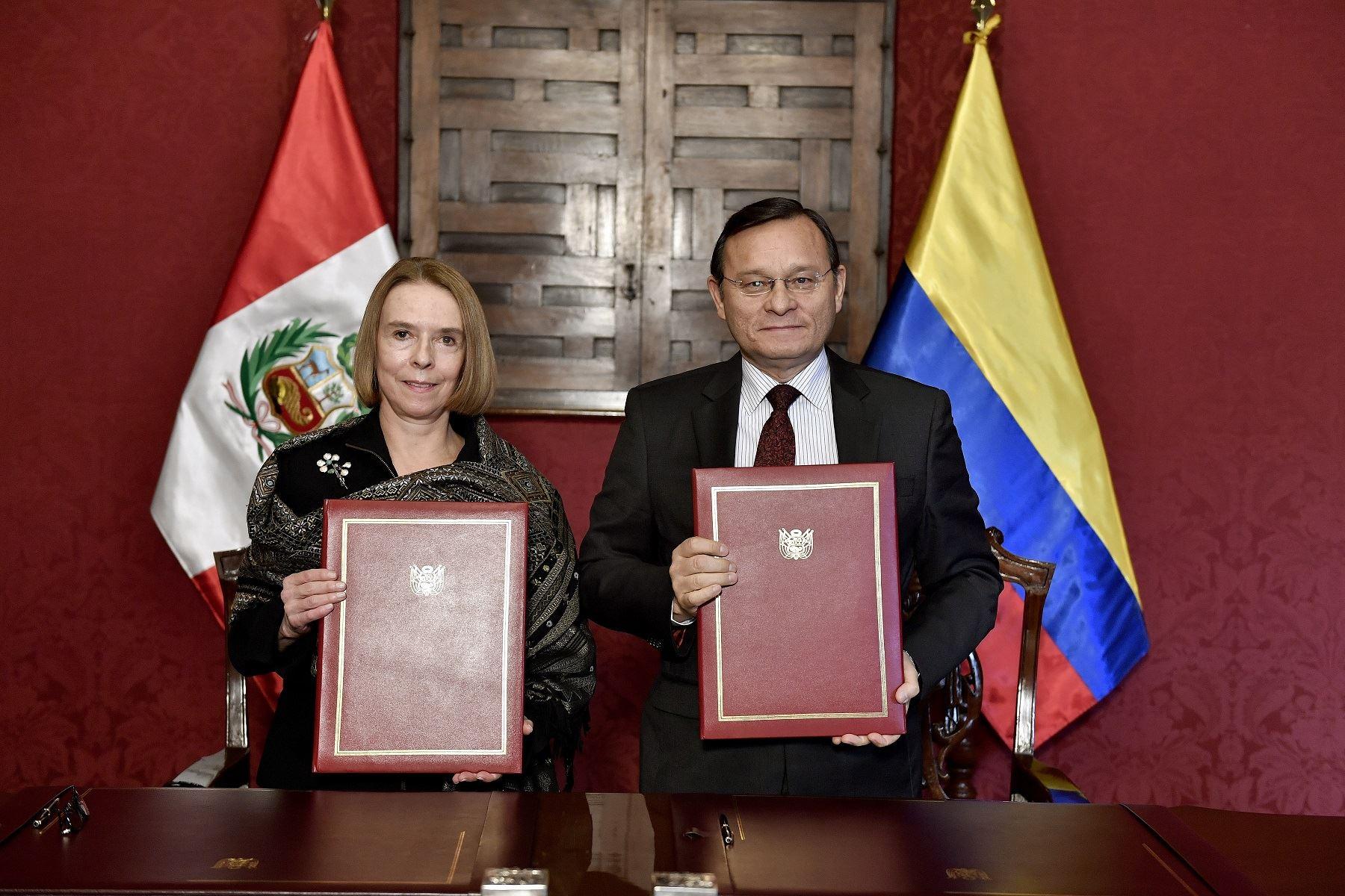 Embajadora de Colombia, Mónica Lanzetta y canciller Néstor Popolizio. Foto: Difusión.