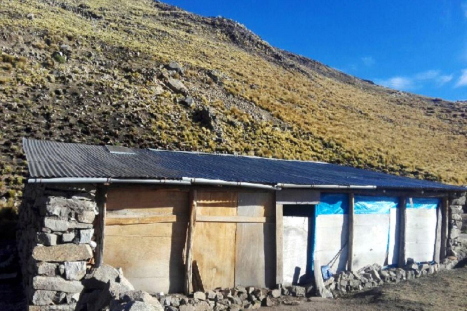 Esta vez, en Apurímac se entregaron a las familias ganaderas de la comunidad de Chuñohuacho y Moccollo, en la provincia de Antabamba, 10 kits de herramientas que, en simultáneo, fueron utilizados para refaccionar los cobertizos en mal estado de la zona.