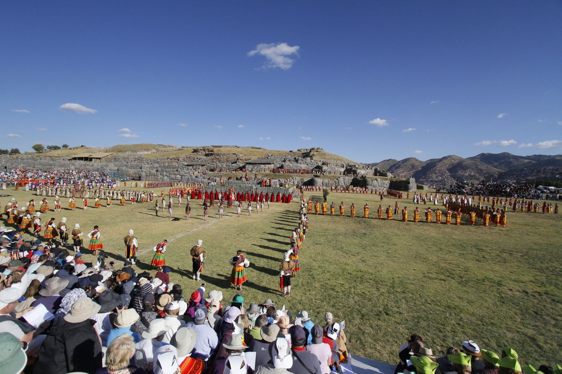 La explanada del parque arqueológico de Sacsayhuamán recibió el 24 de junio de este año a más de 50,000 cusqueños y turistas extranjeros, para celebrar el Inti Raymi. Foto: ANDINA/Percy Hurtado