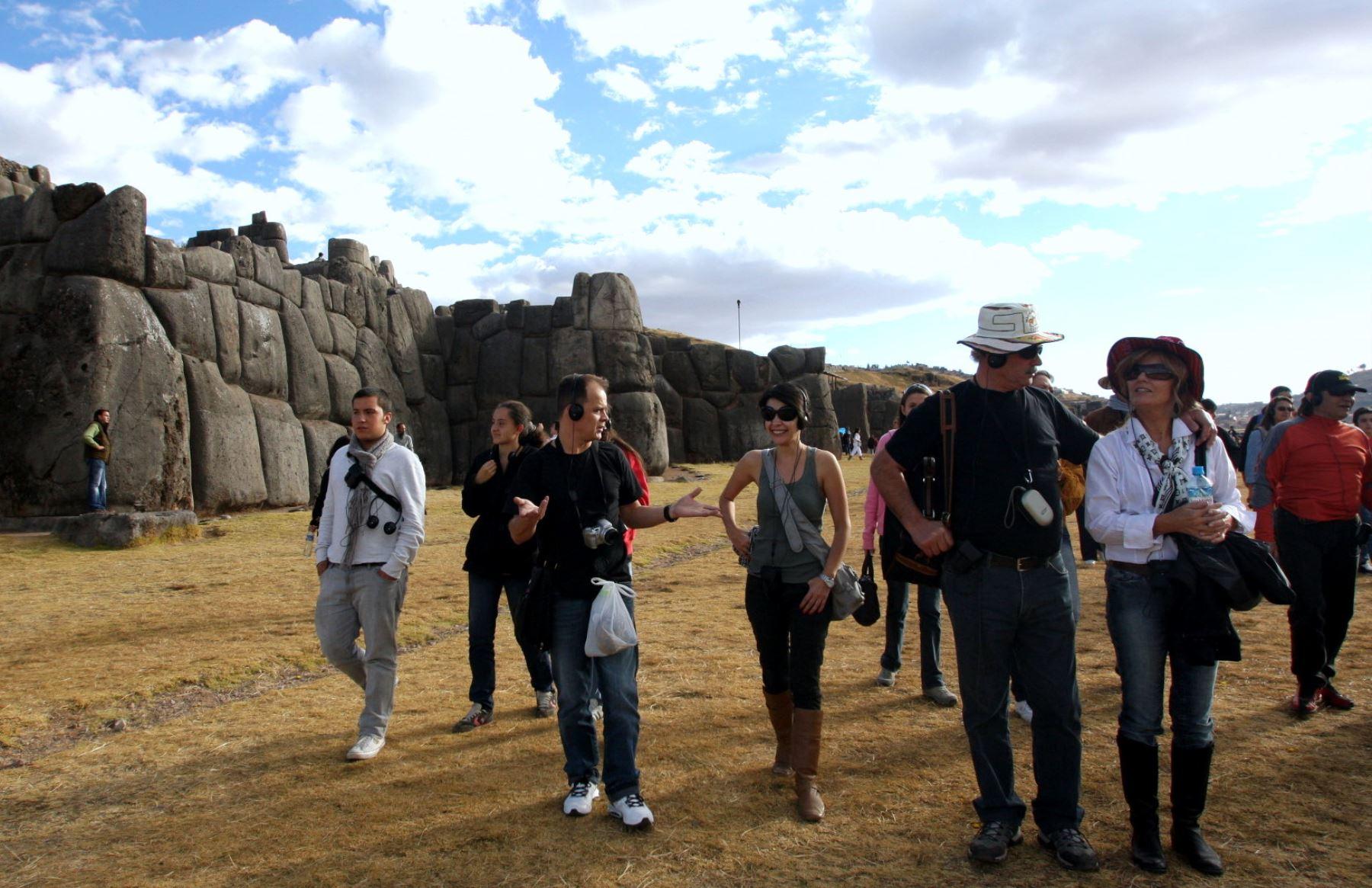 Los turistas aprecian las enormes rocas que fueron ensambladas de manera perfecta sin uso alguno de argamasa. La muralla principal está constituida por tres muros sucesivo. Foto: ANDINA/Percy Hurtado